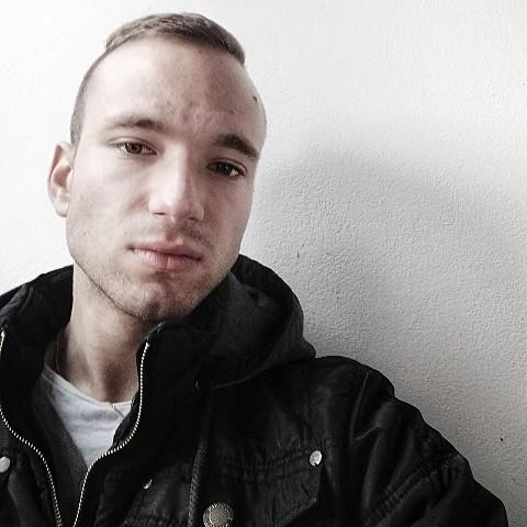 Ivon, 21, Zavar - Chce ísť na rande s mužom, vo veku 18.